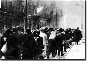 יהודים מובלים לטרבלינקה לאחר המרד מאי 1943