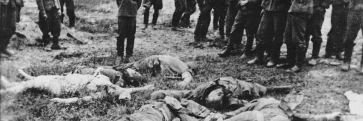 Zentralbild - IML / 1.8.1962 II.Weltkrieg 1939-45  Der überlebende halbwüchsige Sohn dieser ermordeten Familie wird an die Mordstelle herangeführt. Von dem hinter ihm stehenden faschistischen deutschen Offizier wurde er durch Genickschuss ermordet. 5.7.1941 in Slorow, Ukraine                                                          A 0706/18/30 N -